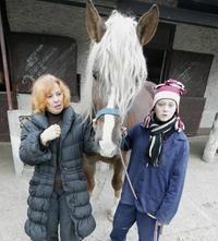 Koník Kamile Magálovej (57) prirástol k srdcu. Starala sa oňho aj Miška (12), ktorá pomáha v jazdiarni.