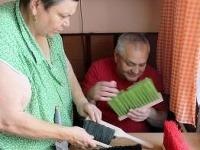 Nevidiaci manželia Katarína a Július Lackovci z Prievidze vyrábajú metly a zmetáky