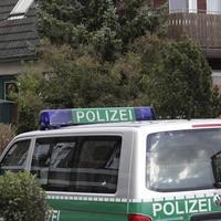 Policajné vozidlo 6.decembra 2007 pred domom v severonemeckom Darry, kde včera našli pozostatky piatich detí vo veku od troch do deväť rokov.