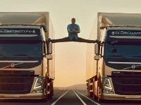 Jean-Claude Van Damme predvádza neuveriteľné akrobatické kúsky v nebezpečnom reklamnom spote.