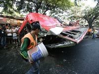 Nehoda autobusu si vyžiadala najmenej 22 mŕtvych