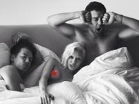 Miley Cyrus na kontroverznom zábere pre magazín W pózovala nahá v posteli s dvomi chlapmi.