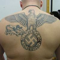 Zadržaný skín mal na chrbte vytetované fašistické symboly a znaky.