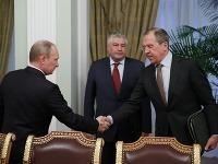 Vladimír Putin si podáva ruku so Sergejom Lavrovom
