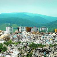 Vedľa nelegálnej hory odpadu smutne vytŕčajú paneláky. Tie stoja len niekoľko desiatok metrov od smetiska.