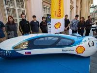 Študenti Strojníckej fakulty STU počas prezentácie študentského vozidla s najnižšou spotrebou, ktoré sa zúčastní súťaže Shell Eco-marathon Europe.