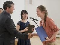 Predseda poroty Juraj Martiška odovzdáva cenu Veronike Holecovej za publikáciu Hlbokomorské rozprávky v kategórii Lieteratúra pre deti a mládež