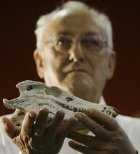 Brazílsky paleontológ Antonio Celso de Arruda Campos s hlavou nájdeného plaza.