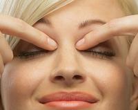 Máte unavené oči? Končekmi prstov si jemne poklopkajte po očnom okolí.
