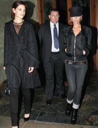"""Katie (vľavo) a Victoria si na pomoc pred """"otravným"""" personálom so sebou vláčia ochrankára"""