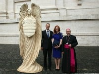 Pápež František prijal dreveného anjela