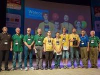 Náš tím v žltých tričkách zľava: T. Belan, P. Fulla, J. Hozza, M. Forišek