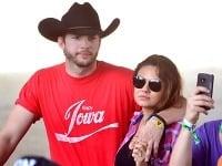 Tehotná Mila Kunis po boku snúbenca Ashtona Kutchera hrdo ukázala rastúce bruško.