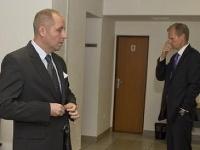 Obžalovaný bývalý poradca expremiérky Ivety Radičovej Martin N. (vľavo) a obžalovaný bývalý veľvyslanec Igor L.