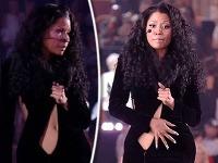 Speváčku Nicki Minaj zradili čierne minišaty pred tisíckami fanúšikov.