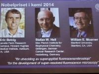 Americkí vedci Eric Betzig (vľavo),  William E. Moerner (vpravo) a nemecký vedec Stefan W. Hell