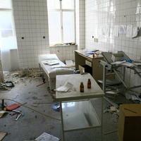 V bývalých ordináciách zostali aj vyšetrovacie stoly. Všade navôkol je porozhadzovaný zdravotnícky materiál.