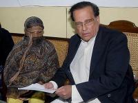 Salman Taseer (vpravo) guvernér pakistanskej provincie Pandžáb a Asia Bibi.