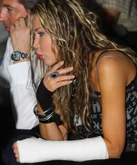 Monika si zlomila ruku, keď sa pošmykla na hotelových schodoch.