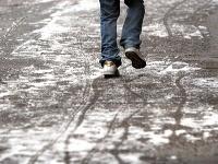 Dávajte si pozor pri chôdzi po šmykľavom teréne!