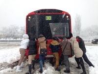 Takto včera cestujúci pomáhali meškajúcim autobusom