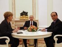 Putin na rokovaní s Merkelovou a Hollandom.