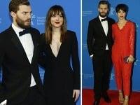 Jamie Dornan na slávnostnej premiére pózoval s kolegyňou Dakotou Johnson, aj s manželkou Ameliou Warner.