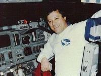 Clark C. McClelland sedí v raketopláne