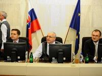 (Zľava) Minister financií SR Peter Kažimír, čašník, ktorý sedí na mieste premiéra a štátny tajomník Ministerstva vnútra SR Marián Saloň.