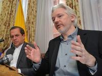 Julian Assange (vpravo)