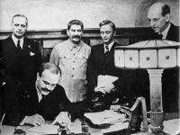 Momentka z podpisu paktu. Nechýbal ani Stalin, ktorý si pripil na zdravie Hitlera.