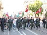 Protestujúci idú mestom
