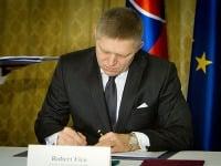 Premiér Robert Fico počas podpisu zmluvy so spoločnosťou Jaguar Land Rover