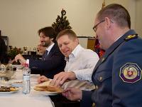 Robert Fico a Robert Kaliňák počas návštevy službukonajúcich hasičov stanice Hasičského a záchranného útvaru v Malackách.