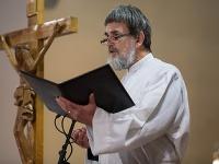 Kazateľ Cirkvi bratskej v Bratislave Daniel Pastirčák počas rozlúčky so zosnulým kňazom Antonom Srholcom