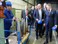 Stretnutie predsedu vlády SR Roberta Fica (vpravo) a ministra obrany SR Martina Glváča (druhý sprava) s vedením spoločnosti ZVS Holding v Snine