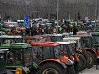 Grécki farmári sporadicky blokujú cesty do Bulharska a diaľnice v Grécku už zhruba tri týždne.