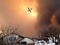 Požiar sa približuje k mestu na ropných pieskoch