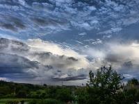 Len zriedka sa vyskytuje jeden druh oblačnosti, oveľa častejší býva kombinovaný výskyt rôznych druhov oblakov. (Foto: Pavel Matejovič)