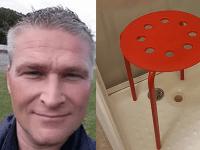 Slávny Nór a jeho červená stolička do sprchy.