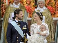 Švédska princezná Sofia drží svojho syna princa Alexandra vedľa svojho manžela princa Carla Philipa počas krstu