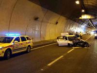 Po nehode posádka z auta ušla