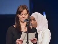 Na snímke zľava pracovníčka charity Emília Trepáčová a somálska utečenkyňa Khadra Abdile