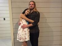 Ben so svojou tehotnou partnerkou Taryn
