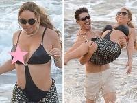 Mariah Carey a Bryan Tanaka šantili na pláži.