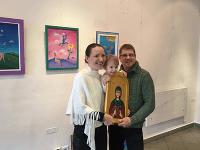 Nataša Knjazovic, jej dcéra Anastázia a manžel Jozef s ikonou svätej Petky.