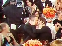 Ryan Reynolds a Andrew Garfield sa na odvozdávaní filmových cien bozkávali.