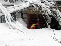 Pod lavínou, ktorá spadla v stredu na horský hotel v strednom Taliansku, je šesť živých ľudí.