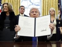 Donald Trump s jedným zo svojich dekrétov