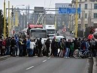 Viac ako 300 ľudí pol hodiny blokovalo rušnú štvorprúdovú cestu